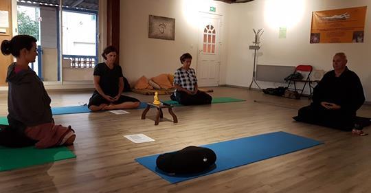 Méditer assis en zazen